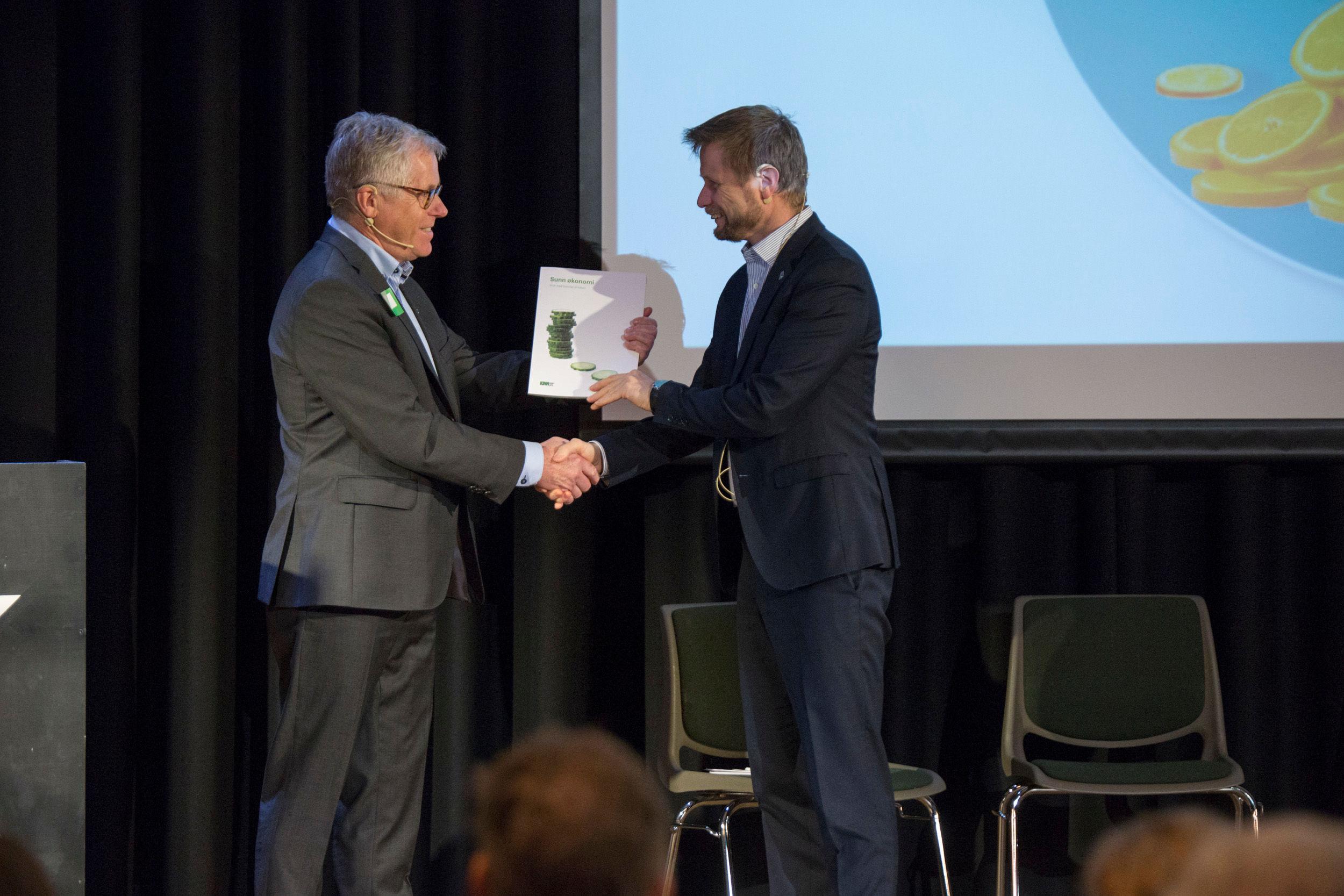 Helse- og omsorgsminister Bent Høie får overrakt sunnhetsrapporten fra KIWI-sjef Jan Paul Bjørkøy.