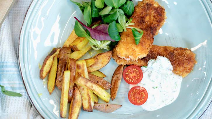 En av rettene i ukesmenyen til Fru Timian er fiskefingre med hjemmelaget pommes frites og rømmedressing.