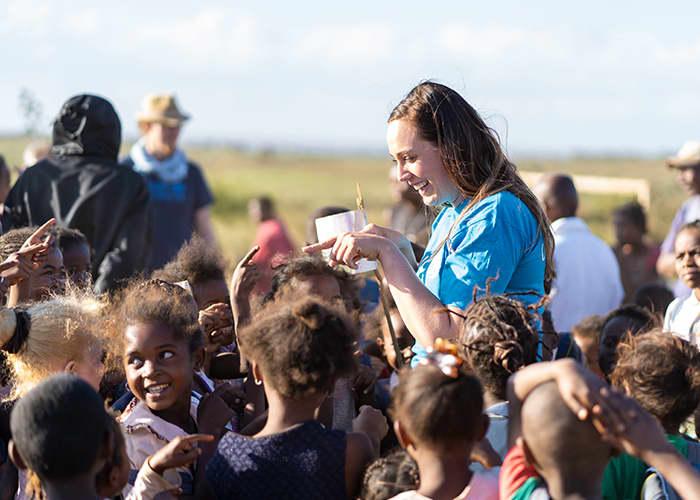 Assisterende butikksjef Linda M. Jensen danset og lekte med barna hun fikk treffe på Madagaskar.