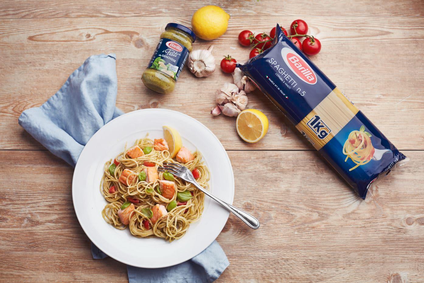 Billig og godt med laks, pesto og spaghetti. Foto: Øyvind Haug