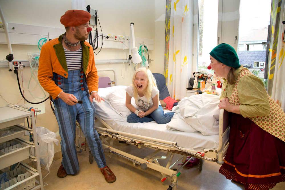 Sykehusklovnene besøker barn mellom 0-18 år som er innlagt på sykehus. Per i dag er de til stede på 15 sykehus i Norge. Foto: Morten Eik.