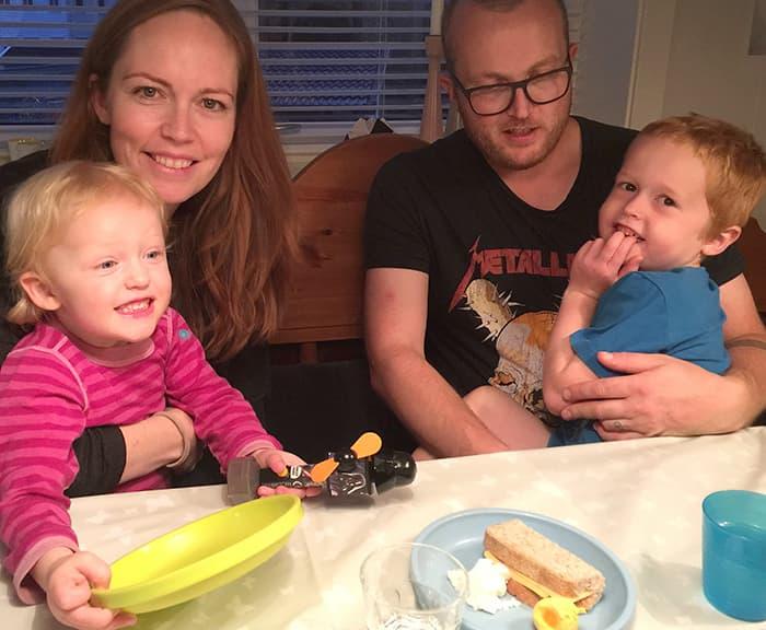 KVELDSKOS: Mairi Macdonald med Lily (2,5) på fanget og mannen Jørgen Macdonald med Isak (5) koser seg med kveldsmat. Gulost er et populært pålegg blant de små i familien. Det er også egg, men nå om dagen vil barna helst ikke ha eggeplommen.