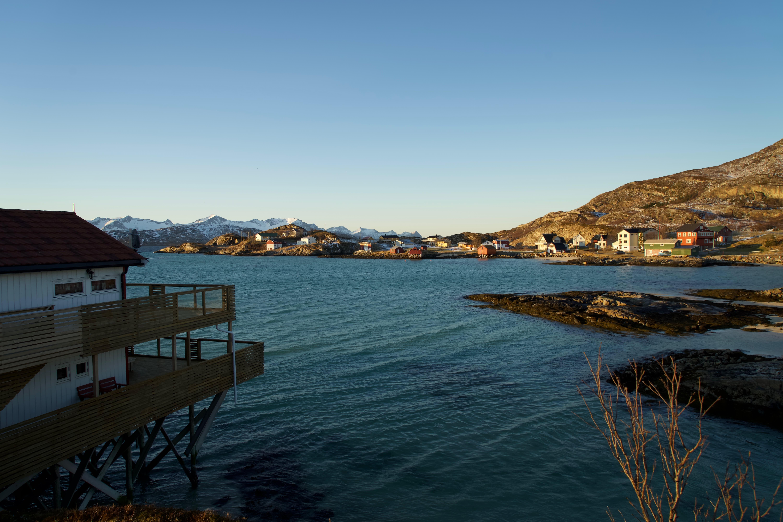 Sommarøy har 350 fastboende, fiske og reiseliv er hovednæringer på øya.