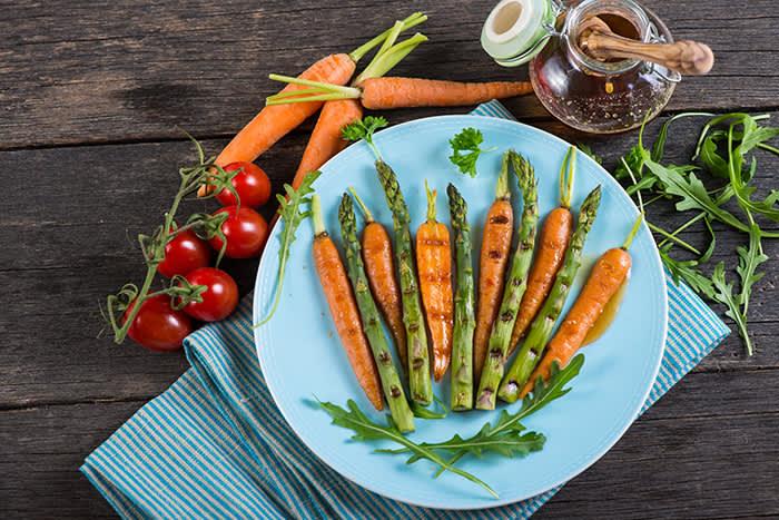 Glazing er metoden for den spontane grillmiddagen og krever ingen forberedelse av kjøttet eller grønnsakene.