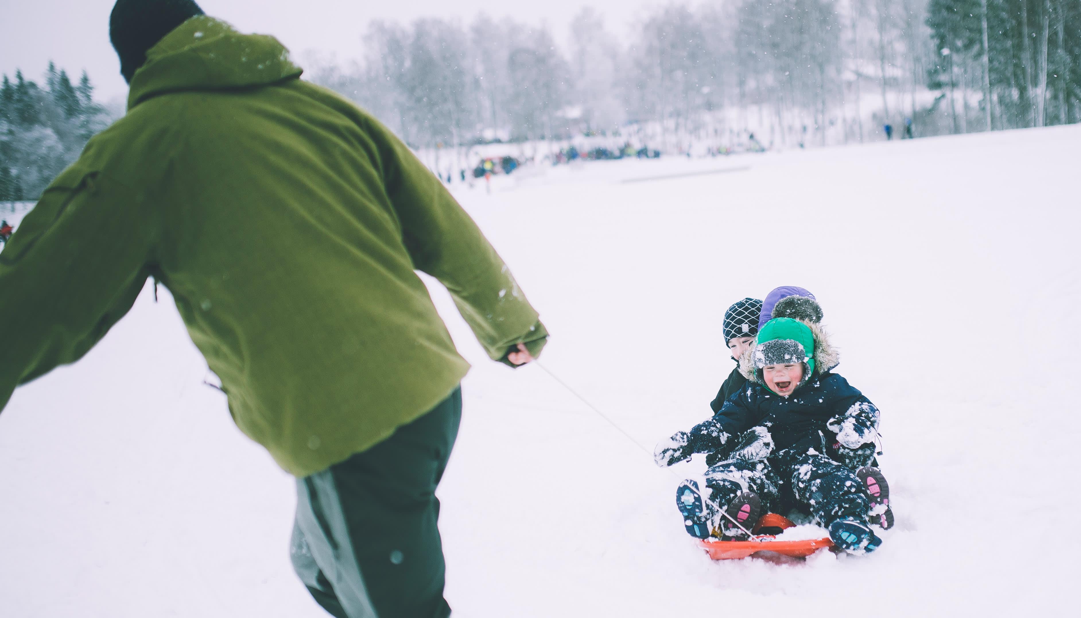 Aking på Den Norske Turistforeningen sin Kom deg ut-dag i år. Aking på hytta er en sikker vinner. FOTO: Marius Dalseg / DNT