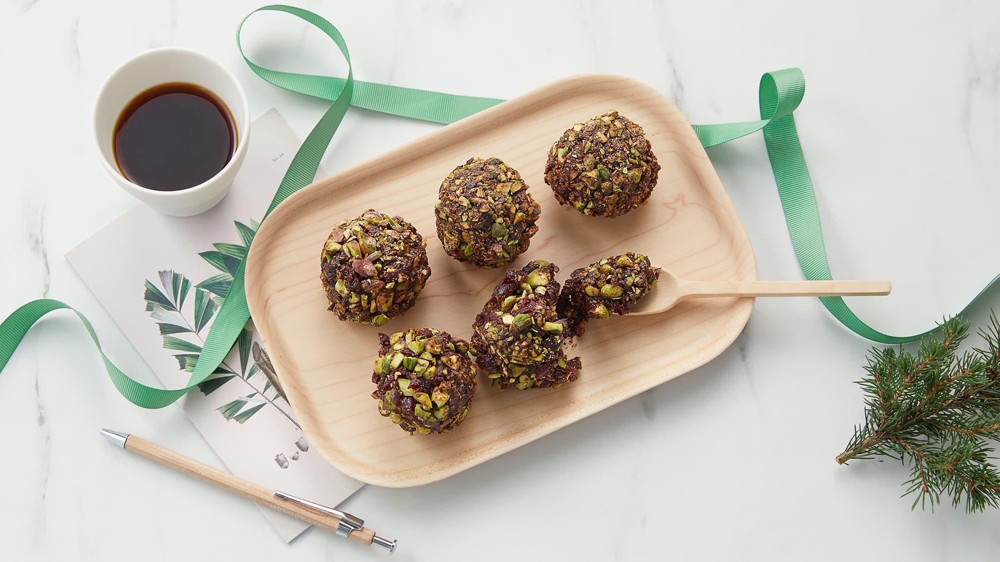 daddelkonfekt med mørk sjokolade og pistasjnøtter