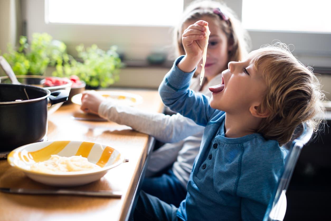 Hverdagen gir oss en mulighet til å innarbeide gode rutiner og sunne matvaner for hele familien. FOTO: iStock