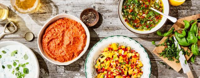 Rømme- og urtedressing er et friskt og deilig tilbehør til salaten.