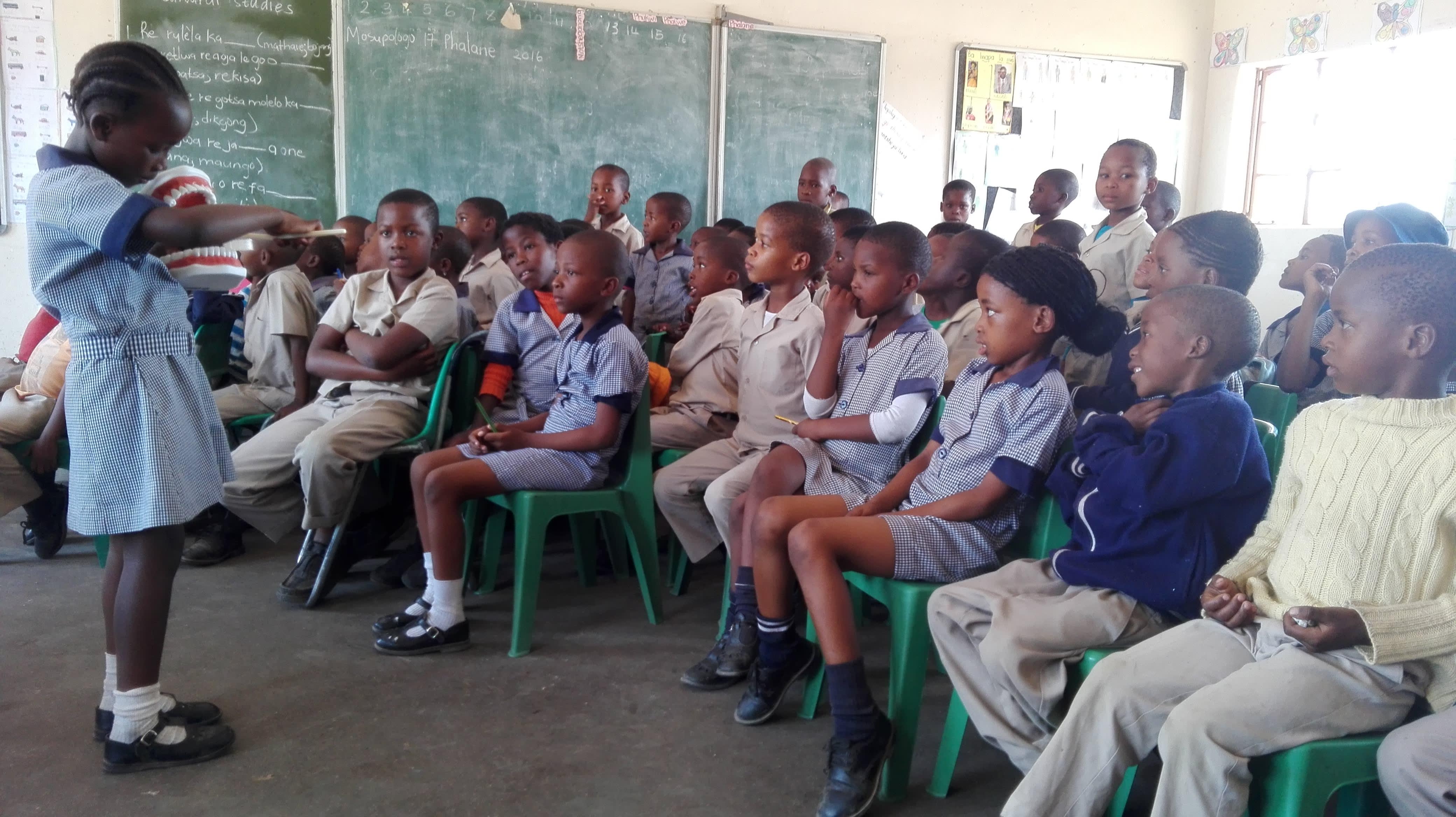 Barna får undervisning i tannhelse både på skolen og hjemme.