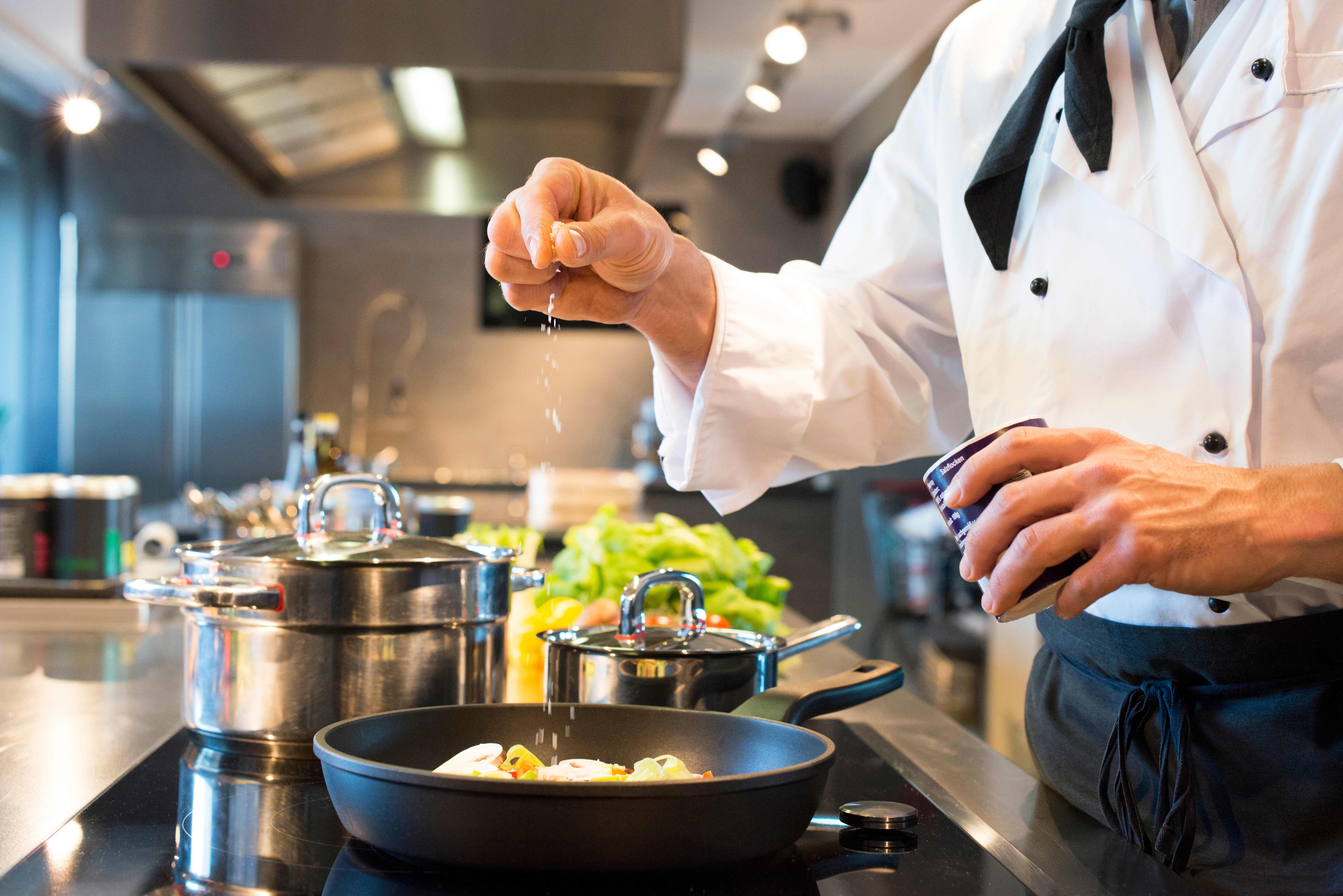 Lag maten fra bunnen av for å få bedre kontroll over hvor mye salt du får i deg. (Foto:Plainpicture/NTB Scanpix)
