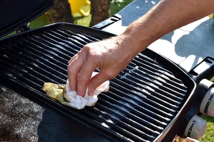 Lofritt tørkepapir kan også brukes til å tørke vekk fett og olje fra grillen.   Edet Torky er et eksempel på lofritt tørkepapir, og selges i alle KIWI-butikker.
