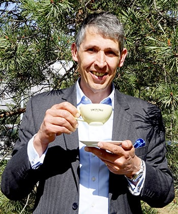 Stephen Twining drikker te i Norge.