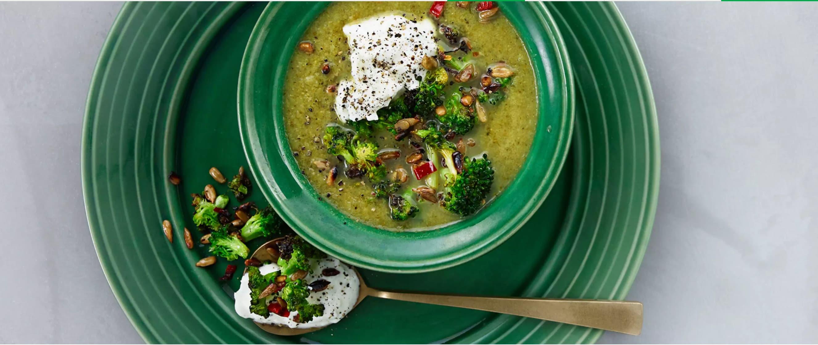 Brokkolisuppe med løk-krem og pannestekt brokkoli er en ordentlig vitamin-innsprøytning.
