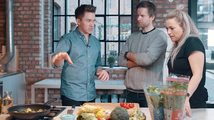Kokk og fersk OL-vinner Christer Rødseth viser Line & Torben hvordan de skal lage hans enkle, men smakfulle laksepasta til middag.