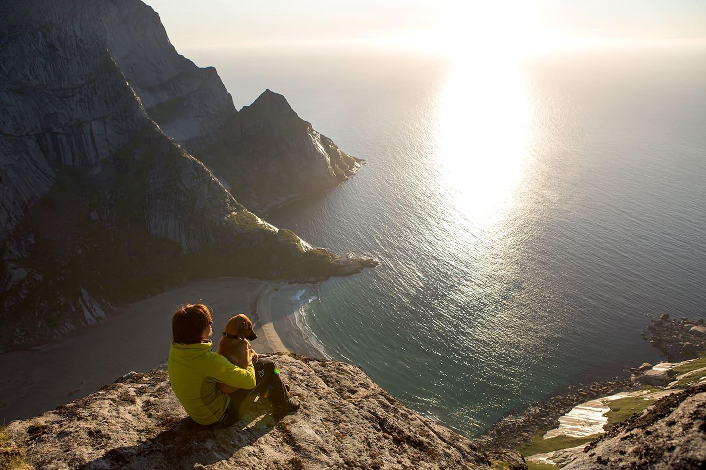 Fra toppen av Helvetestind (602 moh) er  det et himmelsk skue over Bunesstranda, og bølgene som ruller inn fra Norskehavet.
