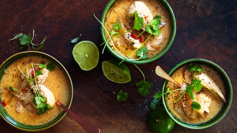 Kyllingsuppe med avokado og rå ingefær