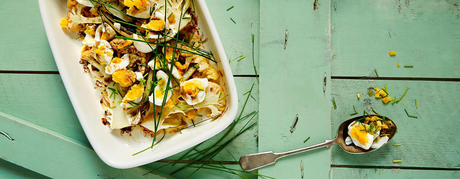 Ovnsstekt blomkål med hakket egg, gressløk og brunet smør.