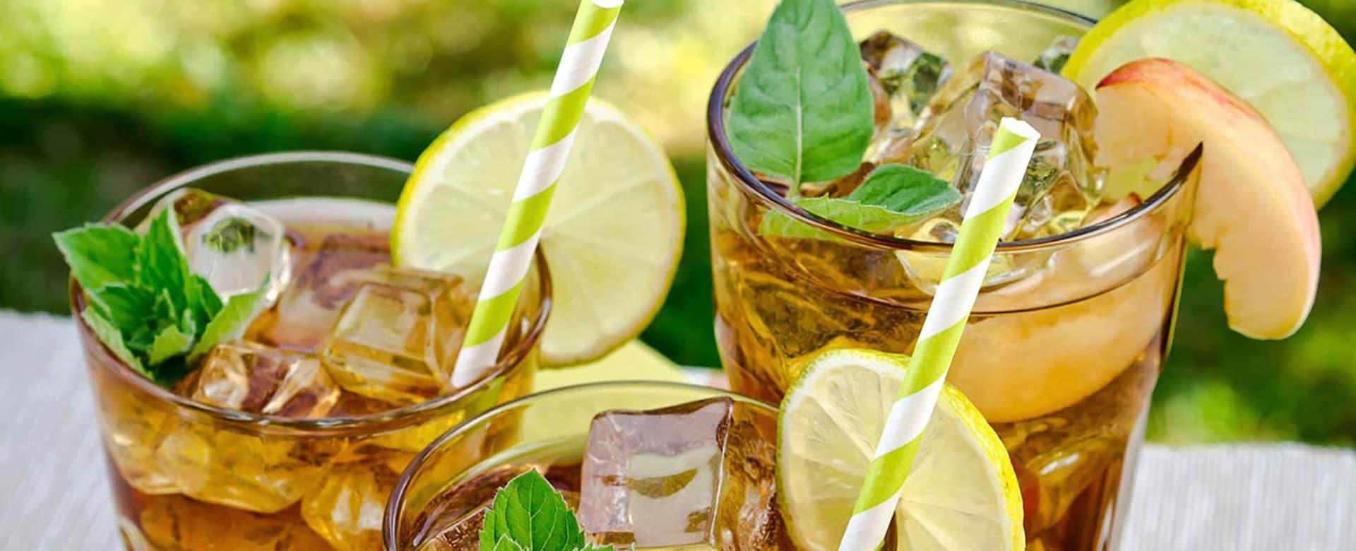 Bruker du grønn te som base, kan det være godt med både friske urter, sitron og eple.