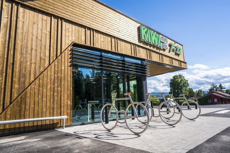 KIWI-butikken har tydelige felt for sykkeloppstilling og ledelinjer for svaksynte.