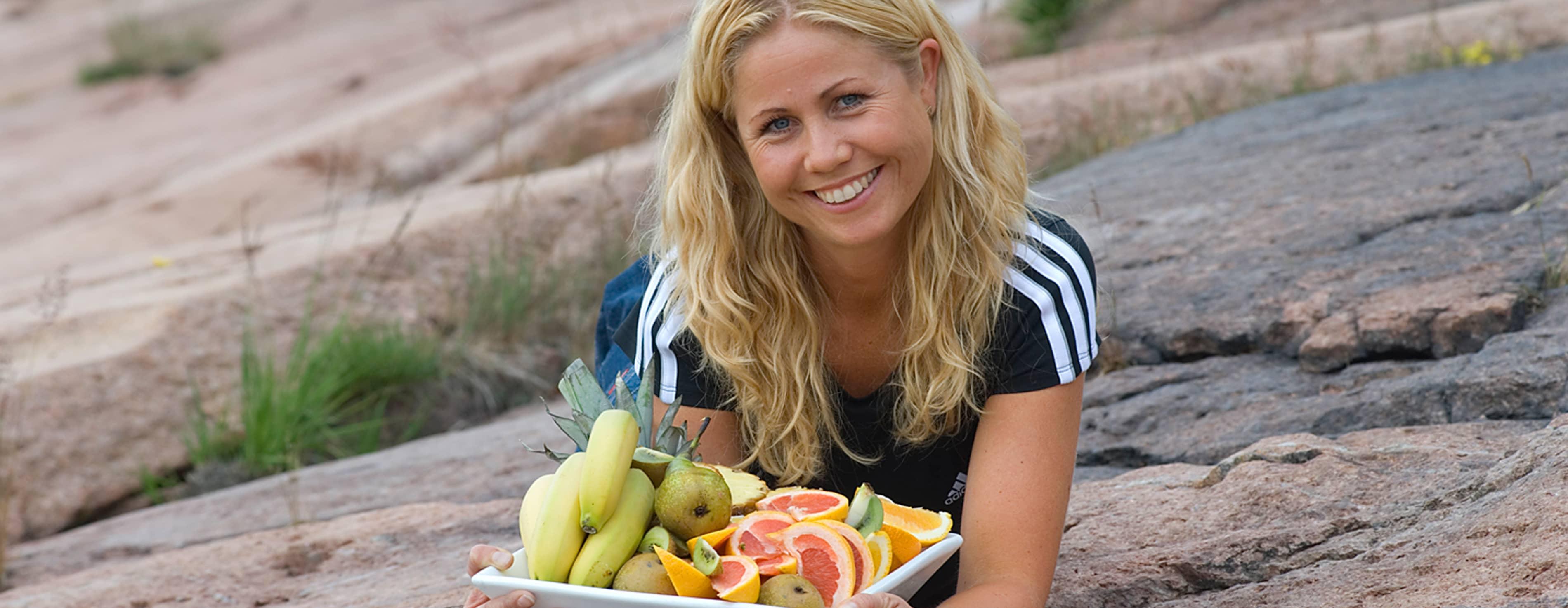 Ta med ferdig oppskåret frukt på stranden, foreslår ernæringsfysiolog Tine Sundfør.