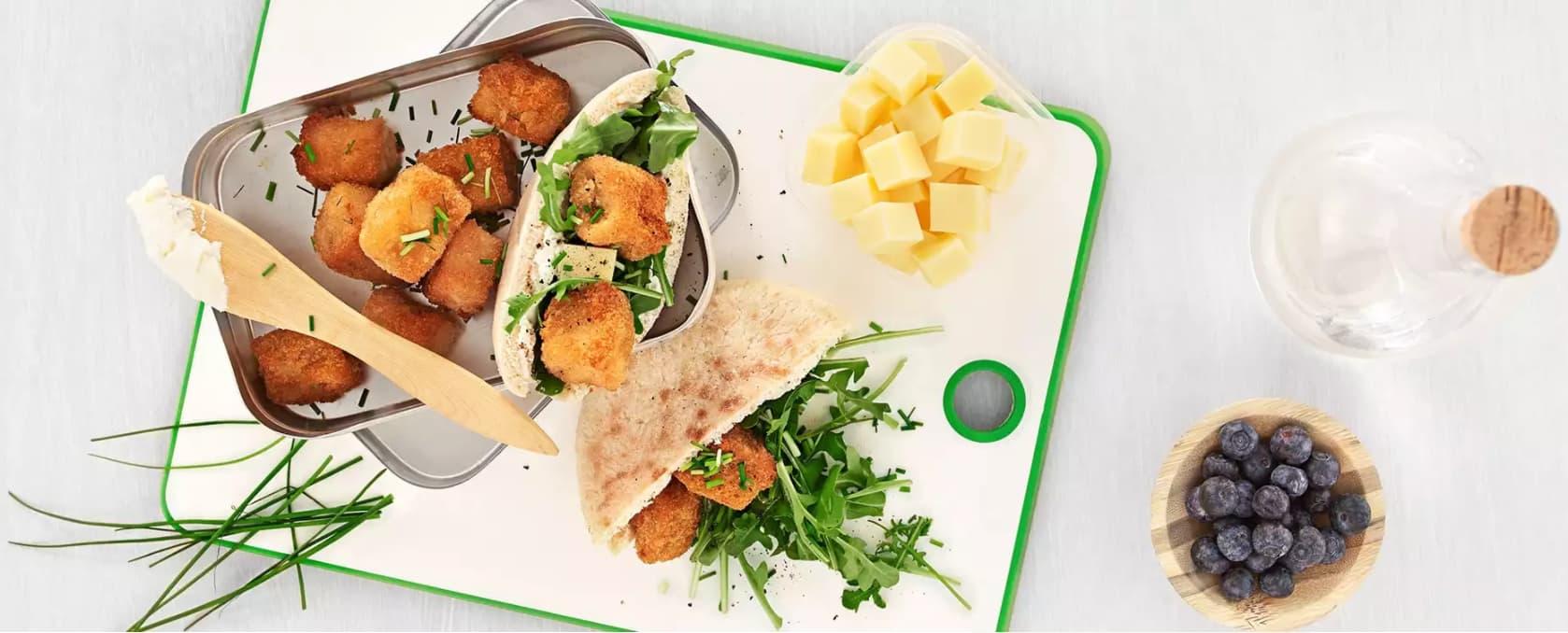 Hvem trenger grillpølser når man kan ha med seg en så god matpakke med pitabrød og torskenuggets i stedet?