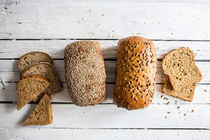 """Speltbrød og Proteinbrød - to nyheter i serien """"Våre minste brød""""."""