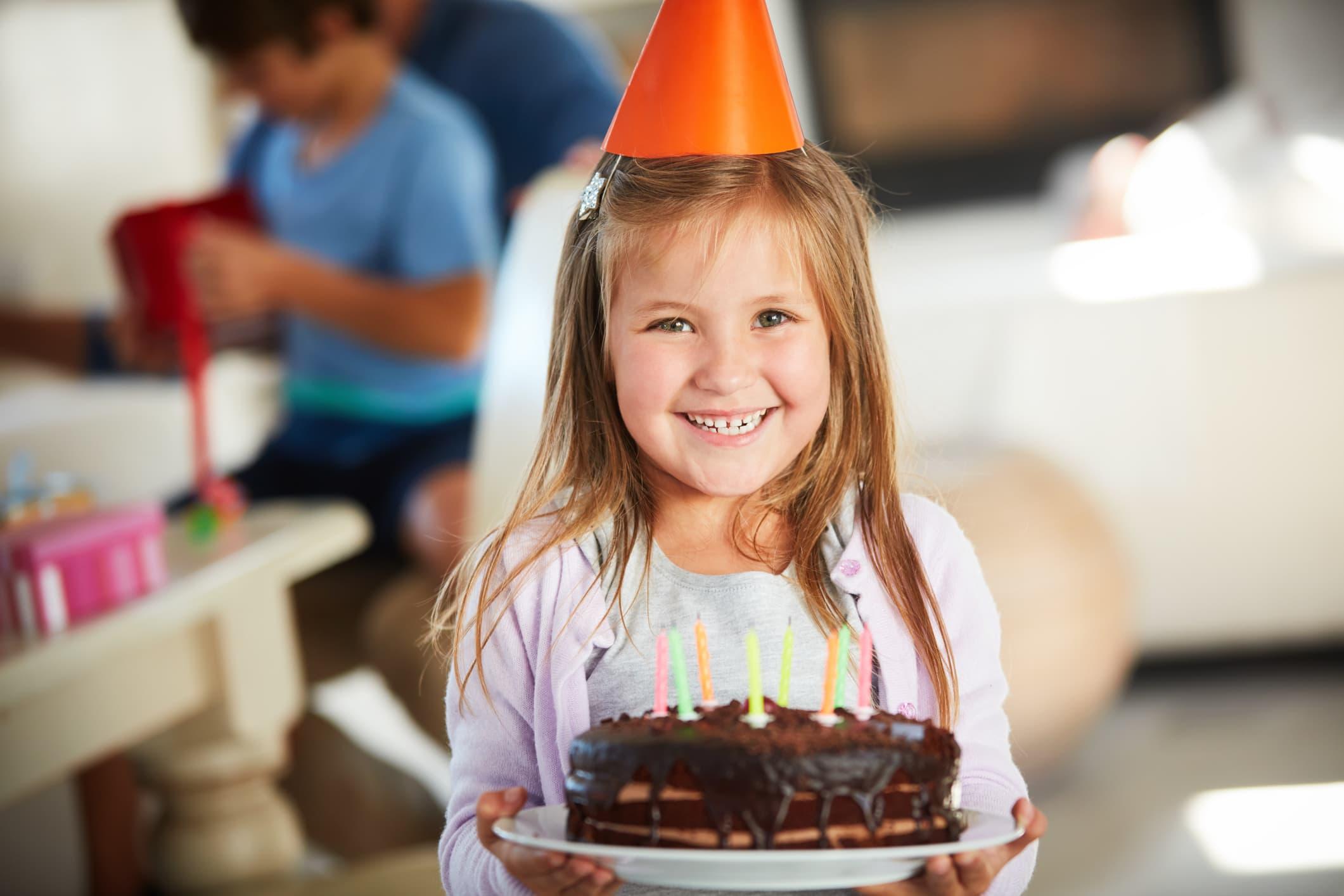 Sjokoladekake er selvskreven i barnebursdager, og den kan enkelt lages uten egg, gluten eller melk – eller alle tre. FOTO: illustrasjonsbilde/iStock