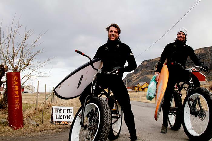 Sverre og Sveinung to ivrige surfere som står tidlig opp for å ri på de beste bølgene før frokost.