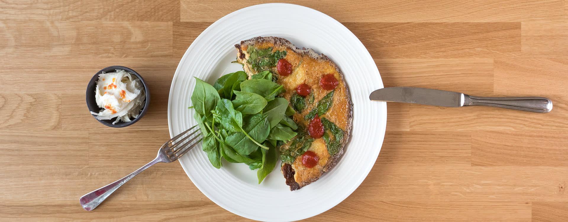 Sriracha-omelett med spinat og mozzarella er en kjapp og smakfull middag.