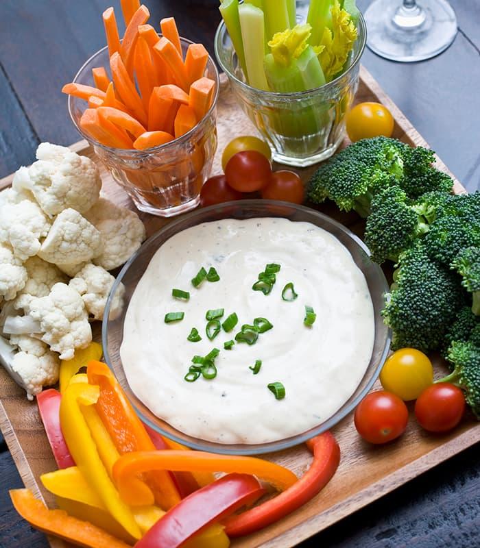 Grønnsaker og dip gjør deg både mett og glad.