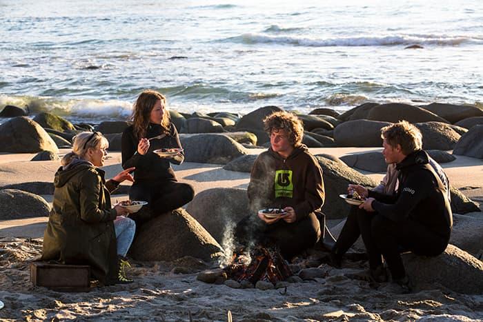 God mat i solnedgangen sammen med hyggelig mennesker er gode minner fra dagene i Unstad
