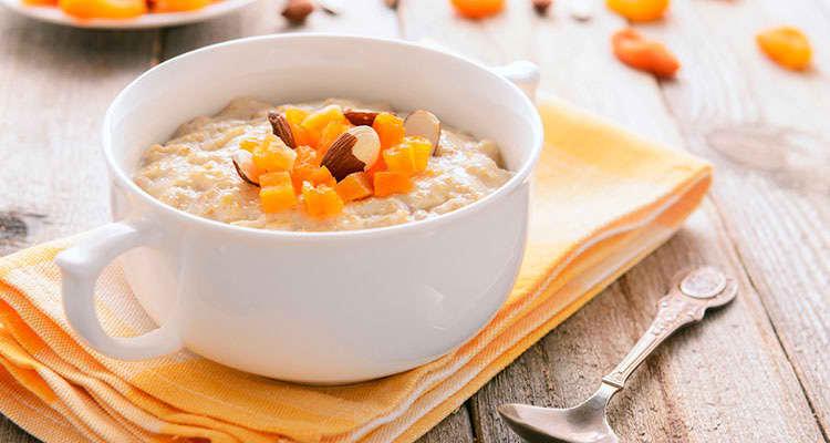 Finhakkede aprikoser er en av Tine Sundførs favoritter som topping på havregrøten.
