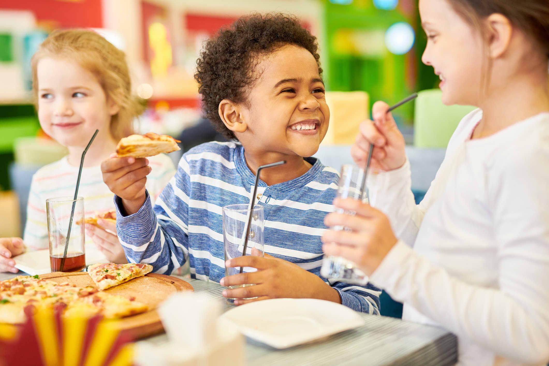 Pizza er klassisk festmat og en favoritt blant barna. Bruk ingredienser i deig og fyll som alle kan spise. FOTO: illustrasjonsbilde/iStock