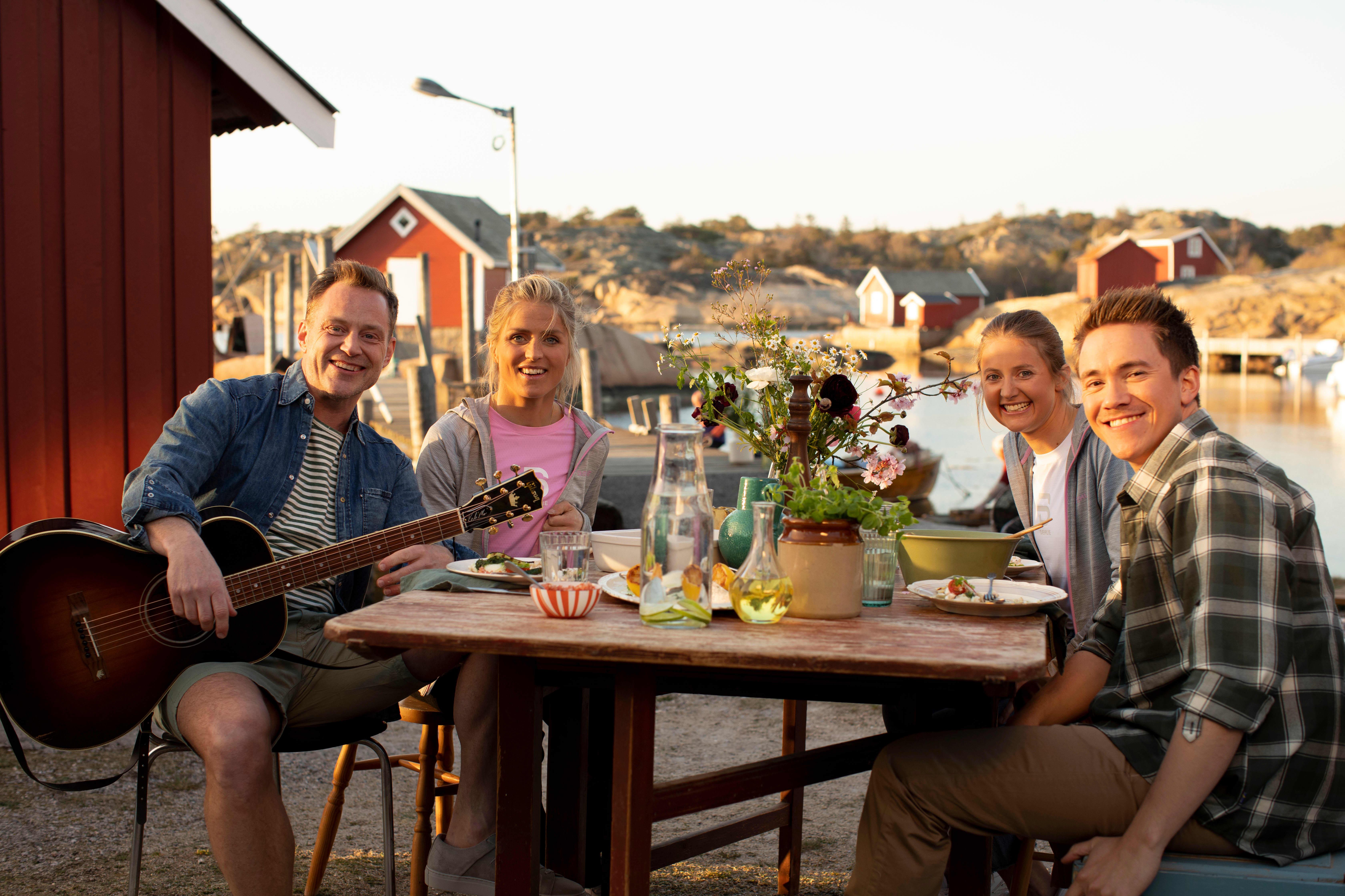 PÅ TUR: Heine Totland, Therese Johaug, Ingvild Flugstad Østberg og Christer Rødseth på tur i vakre omgivelser.