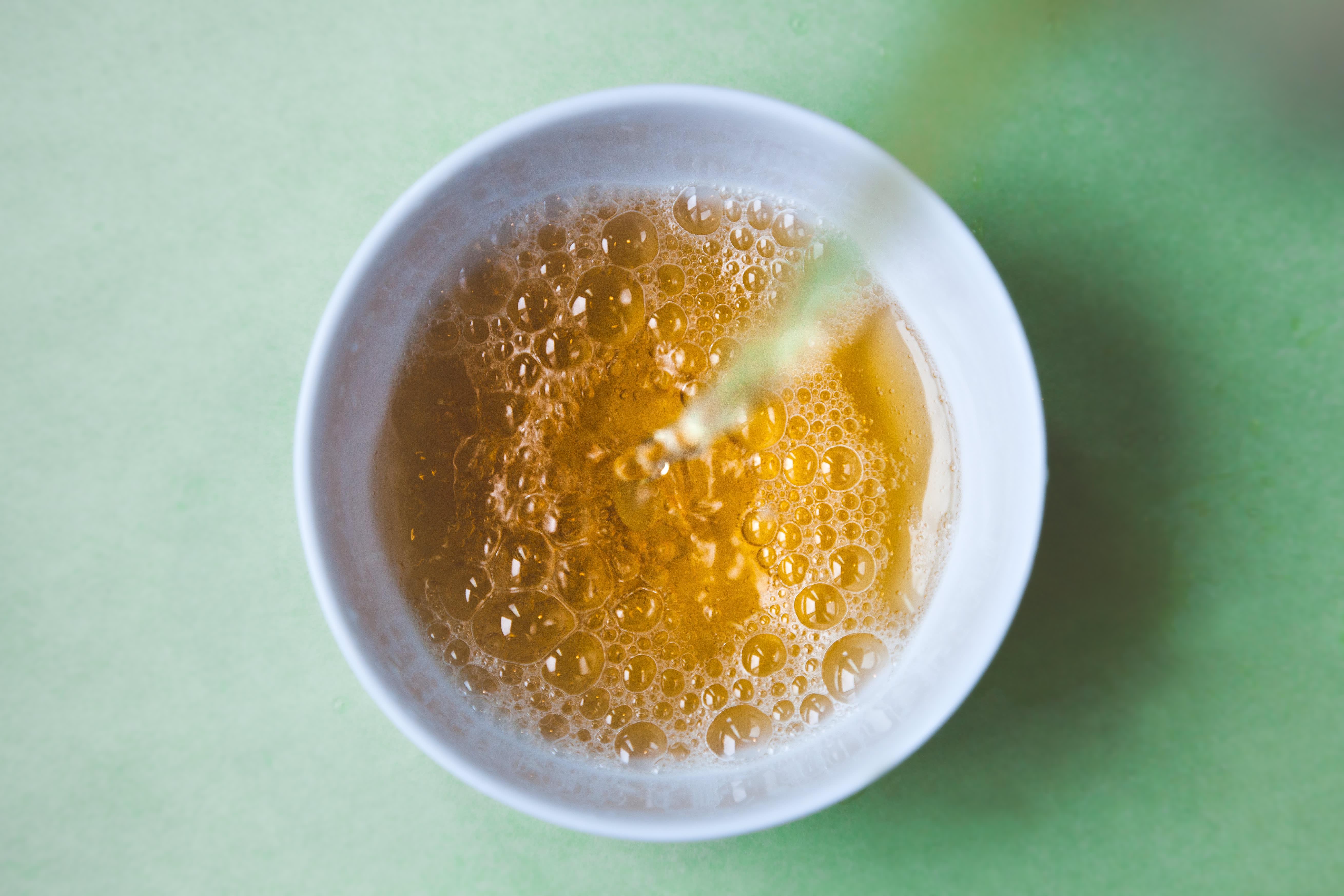 Smør eddik på stikk når du har fjernet brodden med en pinsett.
