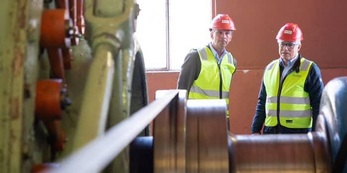 Glitre Energi-konsernsjef Pål Skjæggestad og KIWI-sjef Jan Paul Bjørkøy på innsiden av Hensfoss kraftstasjon.