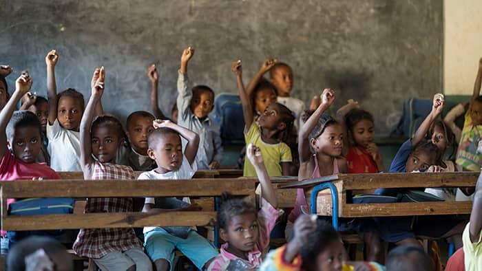 Ivrige skolebarn i et av klasserommene på skolen bygget av KIWI og UNICEF.