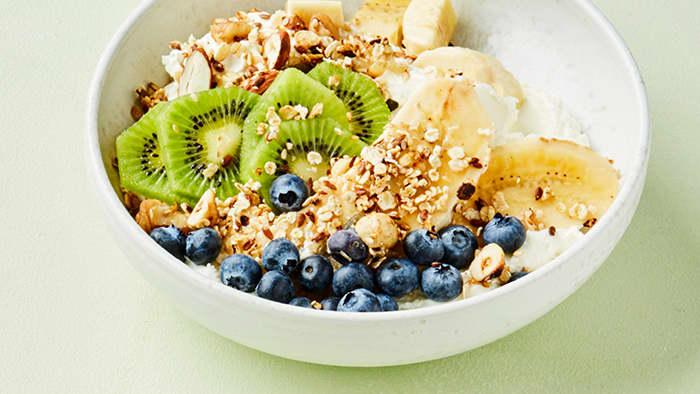 Både banan, yoghurt og frukt er bra for blodtrykket.