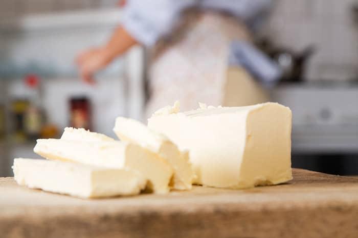 Fryser du ned margarin eller smør, må du tine det langsomt i kjøleskap før bruk. Det går også an å bruke margarin som har passert best før-datoen til steking eller baking, selv om den har endret smak.
