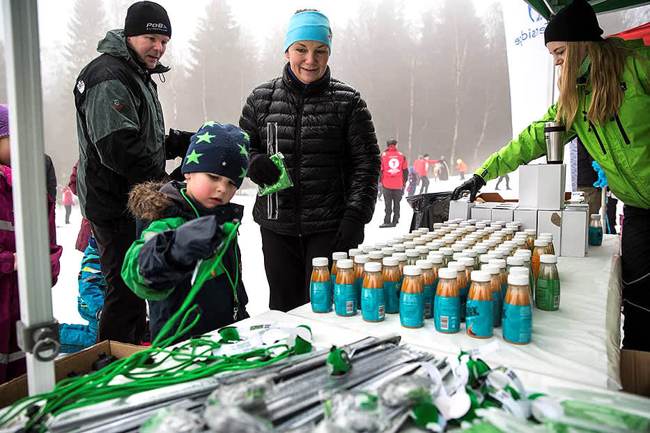 Aktive deltagere på Kom deg ut-dagen i Drammen fikk dekket sitt energibehov i KIWI-teltet. (Foto: Catapult film)