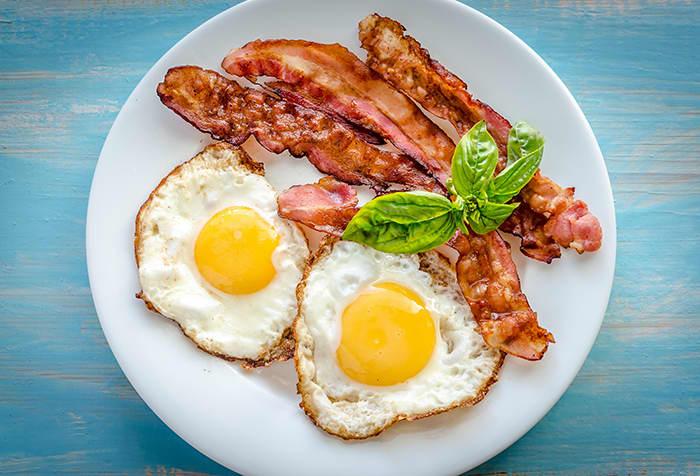 Egg og bacon er en favoritt for mange til frokost, også i påsken.