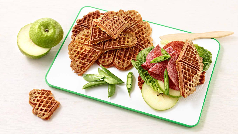 Vafler trenger ikke bare være dessert! Lag vafler med gulrot og grovt mel, så kan du spise det som brød.