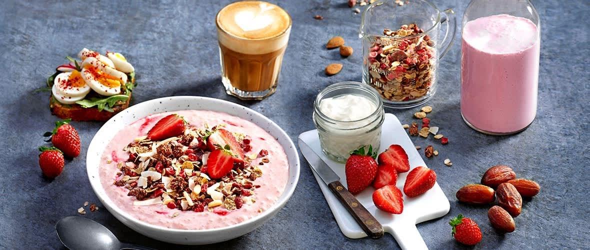 Slik lager du smoothie bowl med jordbær og kokos.
