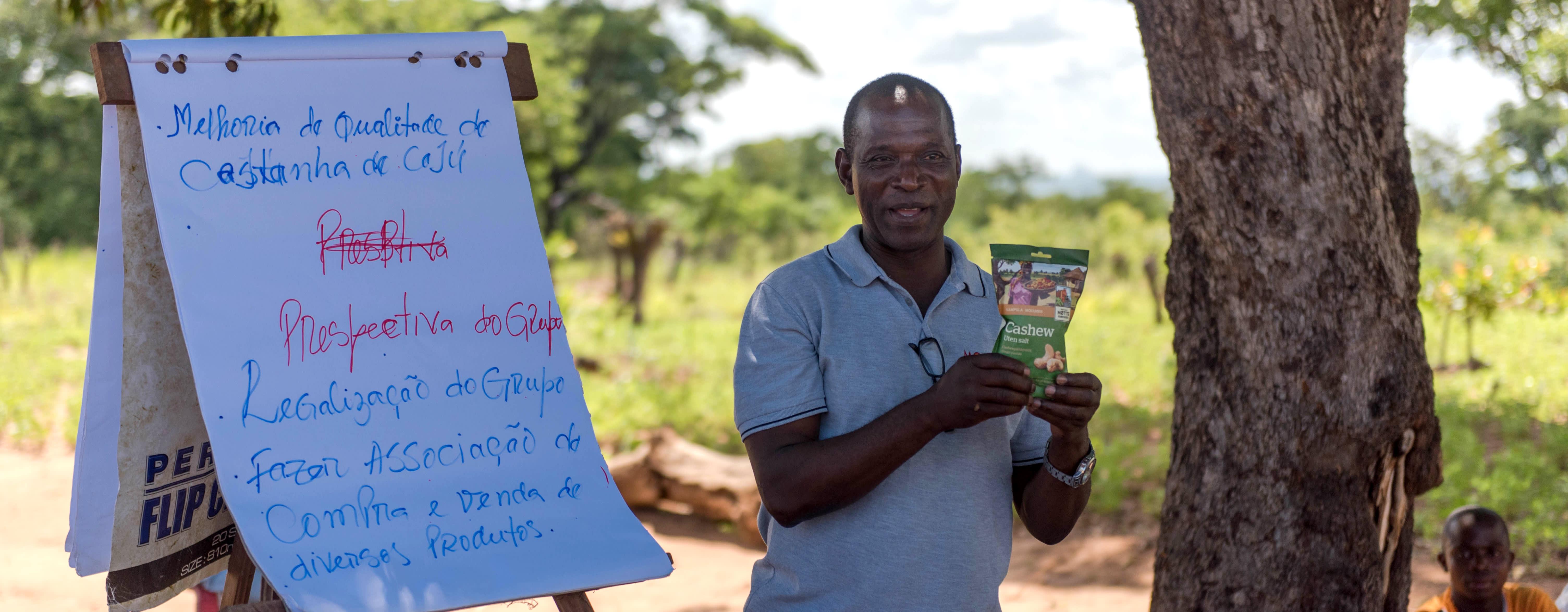 Cashew-bøndene får opplæring i beskjæring og bevaring av trærne. Her får de også vist frem det ferdige produktet fra Norge.
