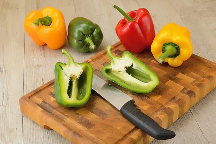 Tips:  Skjær av toppen og rens ut frøene før du deler paprikaen i ringer eller strimler, så blir det ikke så mye søl.