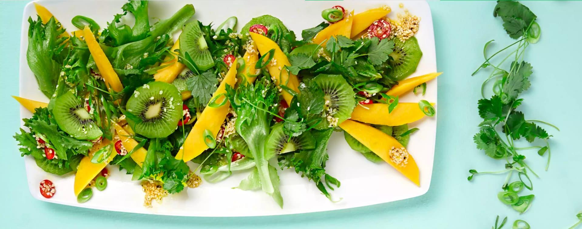 Mango- og kiwisalat med koriander og rød chili gir en ekstra boost til immunforsvaret.
