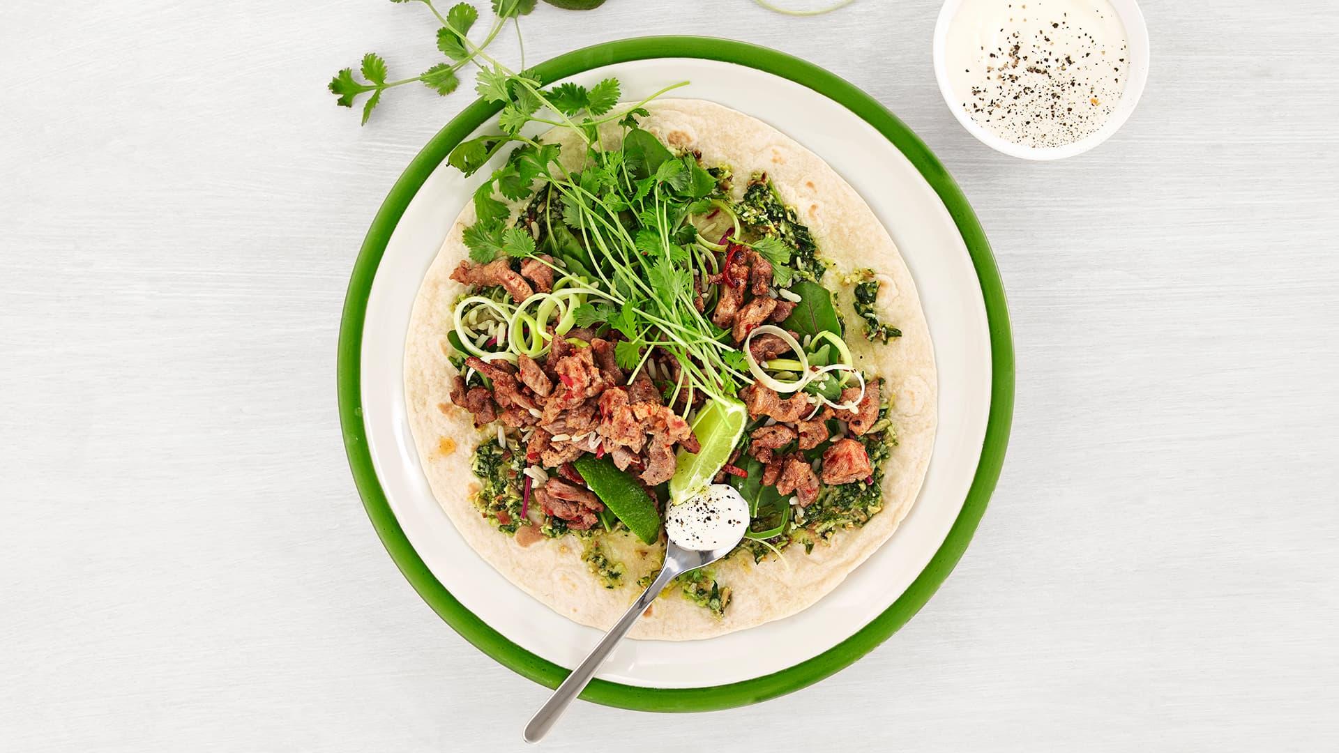 Strimlet svin i tortilla med fullkornsris og salat