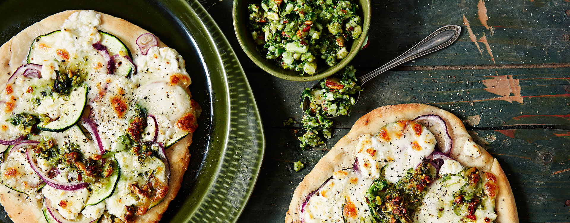 """Pizza på grillen """"3 formaggio"""" med pesto."""