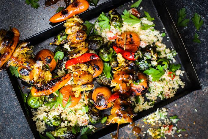 Etter å ha marinert Oumph! The Chunk kan du f.eks lage grillspyd med biter av Oumph! og de grønnsakene du liker best.