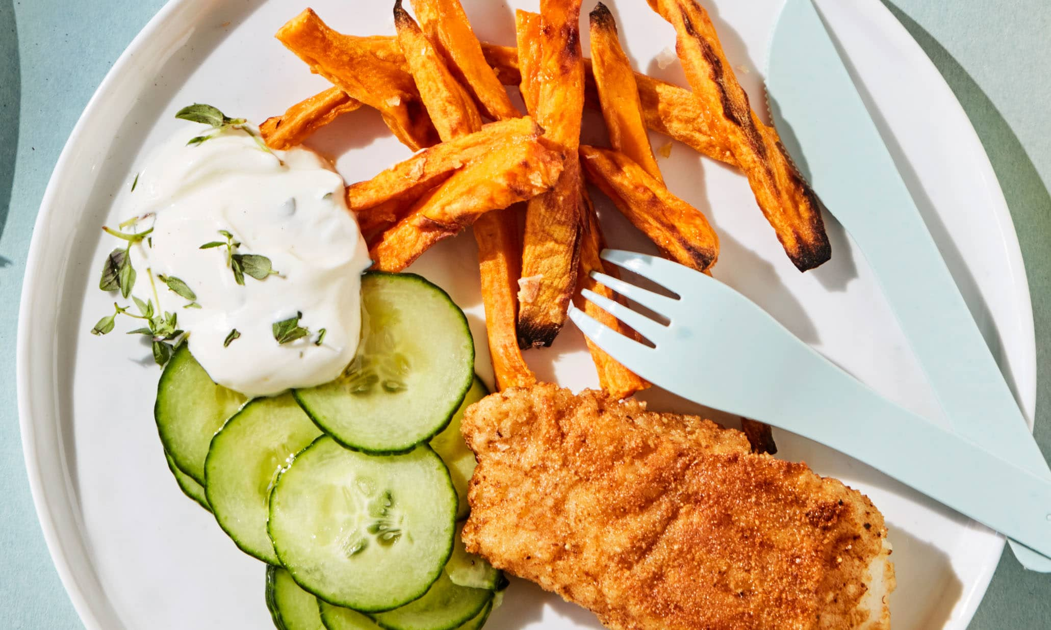 SPRØTT TILBEHØR: Søtpotetfries smaker godt til så mangt – også alle typer fiskepinner, panert fisk og fiskekaker. FOTO: KIWI.no